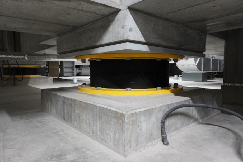 地下に設置された免震ゴム